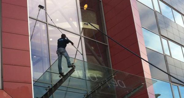 Glasbewassing kantoorpand